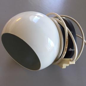 Fin retro Ball-lampe der er spraymalet hvid. Har patina men fingerer upåklageligt og er super fin som lille senge- eller læselampe.