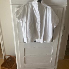 Skjorte / bluse fra Atelier sardin - model Imaan. Håndlavet i 100% bomuld. Sælges da jeg ikke synes, at den klæder mig (aldrig brugt).