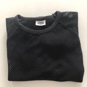Hul/net-trøje med lange ærmer. Kan sendes mod betaling af kr. 40,00 med DAO.