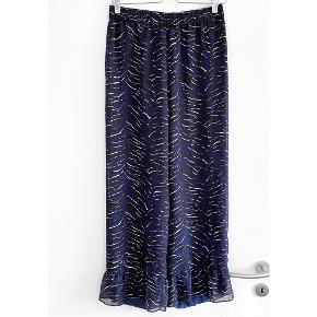 """ENVII bukser super flotte i blå, sort og hvid med flot flæsekant i bukse enden, de har """" inder bukser """"   Størrelse: S   Pris: 175 kr   Fragt: 39 kr ( 37 kr ved TS handel )"""