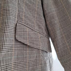 Der er ikke noget mærke i overhovedet og har fået den foræret så aner ikke hvad mærke. Men denne blazer virker til at være god kvalitet. Den er har en super fin og feminin pasform og det helt rigtige moderigtige mønster. Både fed åben og lukket. Perfekt let jakke til sommeren.