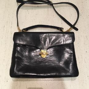 Flot sort vintage taske, i ægte læder. Mærket hedder monroe. Brun indvendig. Stropperne er 120 cm, men kan justeres længere. Tasken er 30 x 24 x 9 cm.