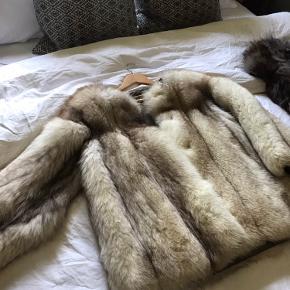 Stor ægte pels jakke i meget god kvalitet. Stor i størrelsen. Kvittering haves ikke.