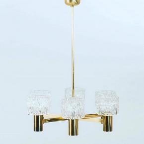 Smuk 6 armet loftslampe designet af Carl Fagerlund og produceret af Orrefors Sverige 1960' erne. Messing / glas. Fremstår i flot stand.  Prisen er fast