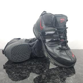 Detaljer:   Brand: Nike   Model: Air max (317584-002)   Størrelse: 39   Farve: Sort     Forsendelse:  For køb på 200 kr. og over er der gratis forsendelse.     Hvis du er på udkig efter sko, så skal du være mere end velkommen til at tage et kig på min lille skohylde og se om der er det fodtøj du står og mangler.