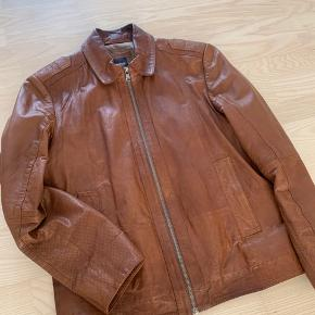 Super lækker læderjakke i et brunt retro look. Jakken er perfekt til de kølige sommeraftener. Diskret Hugo Boss logo i jakken og kun brugt få gange. Ny pris 4699kr.