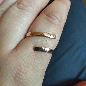 Smuk, hamret ring i massiv 14 karat guld. Har lidt svært ved at bedømme om det er rosa eller rødguld eller noget midt imellem. Men flot er den.  Er en ældre ring, der er blevet klippet op, kuglehamret og poleret 🔨✨ Hamringen gør at denfår et flot skinnende spil i guldet 🌟  Er justerbar. Ø 23 mm på billederne.  Stemplet 585, men stemplet er blevet ret utydeligt ovenpå hamringen. Jeg kan dog stadig se 85 med en lup.   Jeg garanterer for ægtheden og går gerne med evt køber i en guldsmed og får foretaget en syretest, hvis køber ønsker dette.  PRISEN ER FAST (fordi den er fair✌) Ønsker ikke bud  🌸