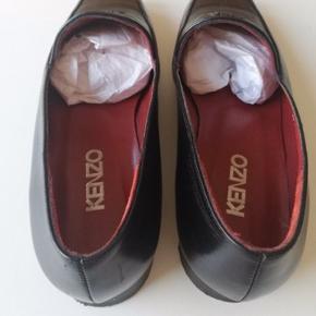 Kenzo flats 🕺🕺 Begge sko er gået op i limningen (se sidste billede), så de sælges billigt!