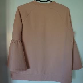 Smart trøje fra Notes Du Nord, har været brugt 1 gang, ingen huller eller skader på trøjen. Handler gerne via Mobilpay. Trøjen er stor i størrelsen.