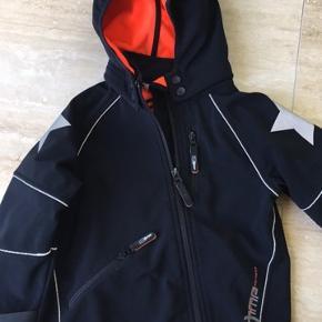Flot Molo jakke. Kan bruges både til piger og drenge. Str 110. Sort med orange foer.  Sender gerne.