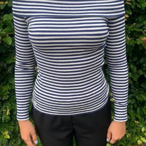 Dette er en off shoulder trøje i børnestørrelse large (12-14 år), men fitter en str. small.