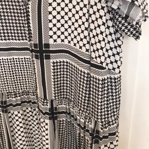 Flot, mønstret kjole fra VRS. Aldrig brugt.   Sender gerne - køber betaler fragten.  Se evt. mine andre annoncer 😊