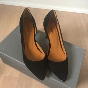 Super smukke sko. De er aldrig brugt, da de desværre er et nr for små. Jeg har gået en tur på fortovet i 2 min, hvilket kan ses under sålen, da det er skind.