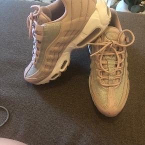Nike 95, brugt et par gange men de er ikke rigtig min stil alligevel. Bud er velkomne.