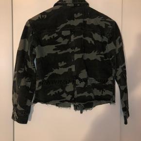 Cool feminin army jakke i denim. Går til bæltekanten. Brugt få gange, aldrig vasket.
