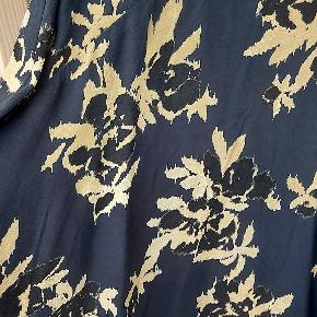 Super flot GANNI kjole i str 34. Brugt få gange og står som ny. Den har mørkeblå bund med beige og sandfarvet mønster.