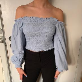 Flot sommer bluse fra bikbok, brugt en enkel gang, god som ny. Str M stretchy stof