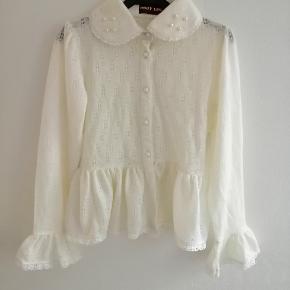 Creme farvet strikket blonde peplum bluse / cardigan med perler. Købt i Tokyos design distrikt.