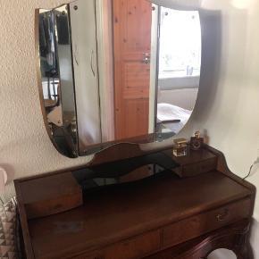 Super cool retro væg spejl/sminke spejl. Skal hænge på vægen - så bordet det står på er ikke med. 🙂 Enkelte brugsspor ved spejlets kanter (har forsøgt at tage billeder) - men ingen ridser midt på spejlet.