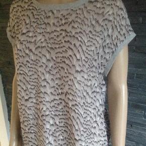 Skøn top i 100% silke  Bryst 100 cm Længde 62 cm  Meget fin på.