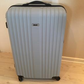 Stor kuffert kun brugt på en rejse tur/retur Med 4 hjul og køre godt både på alle 4 hjul og på 2
