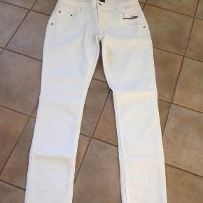 Varetype: jeans Størrelse: 30 Farve: Hvid Oprindelig købspris: 800 kr.  Fede hvide jeans i lækker kvalitet.  Mindstepris: 250 kr+ Handler gerne via mobilepay