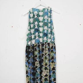 Smuk silkekjole fra Missoni. Kjolen har elastik i taljen og har lommer. Str. It 44. Vil passe en dk 38 eller lille 40. Pris 499 pp