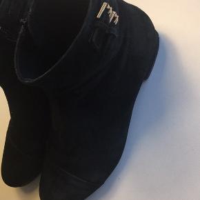 Vagabond korte støvler sort ruskind med guldspænde og lynlås i siden str 39