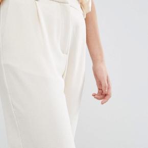 Sælger mine fine Stamford pants fra samsøe i cream / hvid 💕 Perfekt til student eller andet. Så lækre og i perfekt stand ! Passer en xs/s ☀️