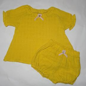 UDSALG - før 199,- -Sødt sæt i muselin stof ( blestof) - str. 68 cm - fragt 35,-