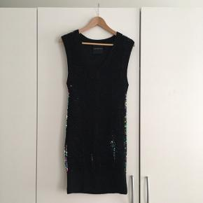 Modström kjole str. M, sort med pallietter overalt, elastisk og blød.