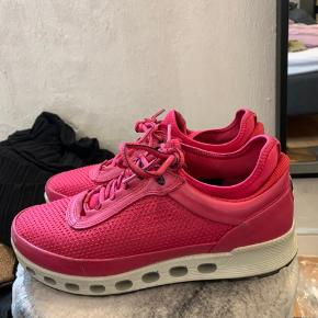 Fine sko fra Ecco med goretex. Har brugt dem et par gange til indendørs træning, så de er brugt meget lidt. Bruger normalt størrelse 39, og kunne fint passe dem. Pris er ekskl porto