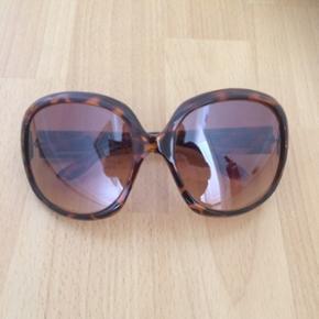 Fede solbriller! Har lige opdaget at jeg har to næsten ens par ... kender ikke mærke eller oprindelse 🤔 Men de er cool!
