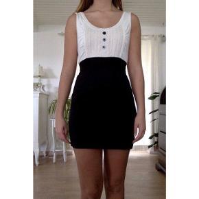 Mærke og str. er ukendt, men jeg bruger almindeligvis en str. S, og kjolen passer mig godt.  Købt i Italien.
