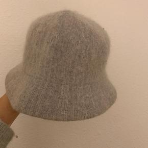Sød hat i 80% angora uld str 57 mærket er ukendt. God kvalitet.