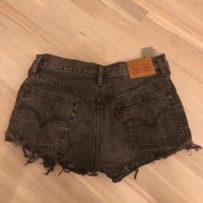 Flotte shorts fra Levis, aldrig brugt. Str small Np: 600 Mp: 200