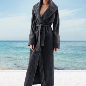 Fin lang morgenkåbe fra Karmameju . I den bedste ende af god men brugtuden huller, pletter, udvendig fnuller eller lign. Har noget fnuller indvendigt. Længde: ca 160 cm fra nakken og ned. Brystmål: 70 cm på tværs målt bagpå fra armhule til armhule . Søgeord: housecoat fleeze morgenkåbe kimono mørkegrå Everest varm blød vinterbadning fleece vinterbader bathrobe