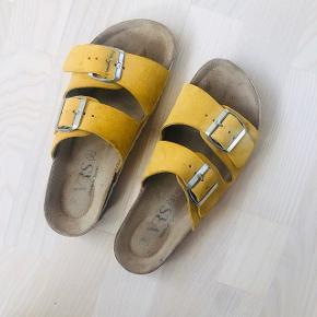 Gule sandaler fra VRS i str. 38. Modellen minder lidt om Birkenstocks. Brugt to gange 🌸 Bunden er af ægte læder/skind!  Kan afhentes på Trøjborg eller sendes med DAO for købers regning 🤍  Der gives mængderabat, så kig endelig mine annoncer igennem 🌸