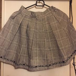 Rigtig sød nederdel 😍 Behagelig at have på Købt på rejse Har påsyet shorts så der intet ses 😊 ☀️sender med DAO ☀️modtager betaler Porto ☀️relevant bud modtages 😊