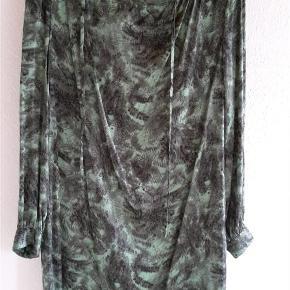 Varetype: Kjole Farve: Grøn Prisen angivet er inklusiv forsendelse.  95% silke 5% spandex  Brystvidde = 53 cm x 2 Længde = 86 cm