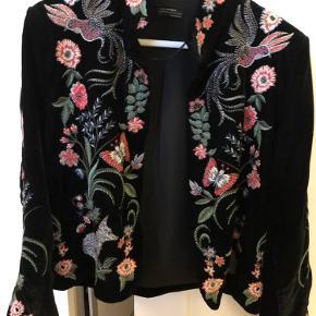 Velour blazer med blomster broderi fra Zara (premium collection) i størrelse small. Blazeren er aldrig brugt.