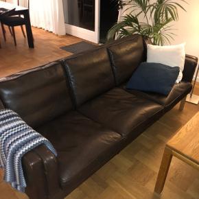 Flot og velholdt 3-personers sofa fra Olsson møbler, i bøffelskind og med egetræs ben. Nypris 17.000kr