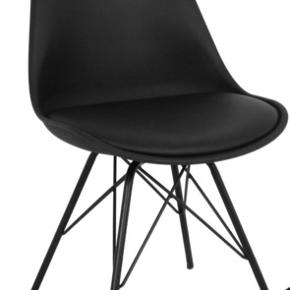 Sælger 4 sorte stole og 2 hvide, da vi har brugt dem blandet. Sælger 6 stole for 1800 kr.