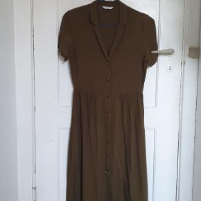 Rigtig fin midi kjole i oliven grøn i str. XS  Aldrig brugt  Nypris: 550 kroner  Bytter ikke  Køber betaler fragt  Husk at forstørre billederne :)