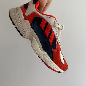 Adidas sneaks i størrelsen 40 2/3  Kun brugt få gange.