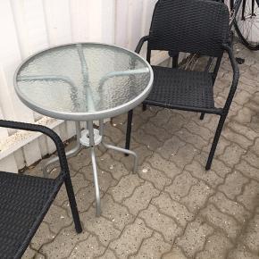 2 stole og bord. Er brugt meget lidt og fungerer som det skal.