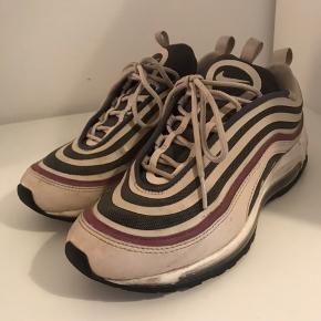 Sælger disse Nike air max 97, da de er for store til mig. De er en str 38,5 og er normale i størrelsen. De er brugt, men i fin stand udover slidene på indersiden af skoene, som man også kan se på det sidste billede. Sælges for 350kr ekskl. Fragt med DAO