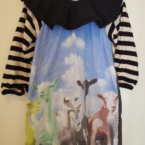Sjov kjole med print af geder. Bemærk ryggen har andet print/stof. Brugt få gange og har lidt fnuller.