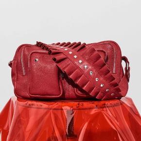Nunoo Alimakka i rød læder med flæserem.  Rigtig fin stand Lækker taske, jeg får den bare ikke brugt da jeg har alt for mange.