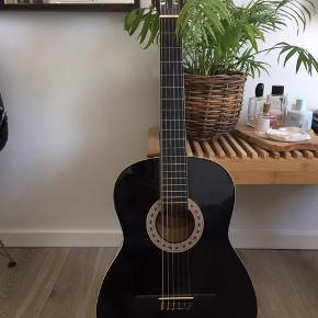 Guitar sælges pga flytning  (Er ikke stemt) der hører guitar taske med